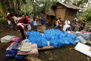 La latas fueron donadas por organizaciones de ayuda en Iligan(Filipinas)
