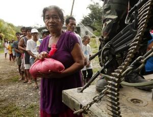 Varios residentes afectados por las inundaciones.