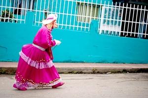 Con los primeros rayos de luz, las calles de esta pequeña población del noroeste del país empiezan a llenarse de más de 800 hombres enmascarados con largas pelucas y con vestidos de llamativos colores que hasta cambian su tono de voz.