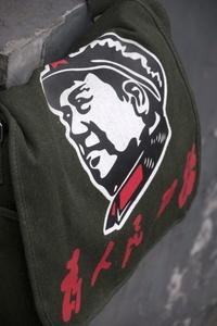 Como todo ídolo, Mao es representado en souvenirs como mochilas.