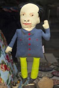 Un muñeco de tela, representa a el líder comunista Mao Zedong. El líder que fue venerado como divino, ahora convertido en un souvenir del arte pop en Pekín.