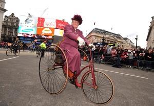 Londinenses disfrazados de época participaron en un desfile luego de recibier el Año Nuevo.