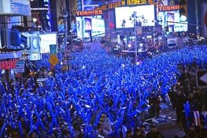 En Nueva York, cientos de miles de personas se reunieron en la encrucijada del mundo para presenciar una bola de cristal con más de 30,000 luces que descendió a la medianoche.