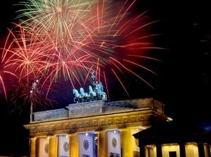 Fuegos artificiales se enciendieron sobre la puerta de Brandenburgo en Berlín (Alemania).