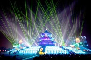 Un espectáculo de luz y sonido da la bienvenida al Año Nuevo frente al Templo del Cielo en Pekín, China, en los primeros minutos del domingo 1 de enero de 2012.