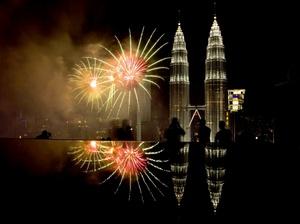 Fuegos artificiales dan la bienvenida al Año Nuevo frente a las Torres Petronas en Kuala Lumpur, en Malasia.