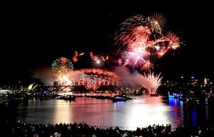 Australianos disfrutaron del espectáculo de fuegos artificiales para recibir al año 2012, en la bahía de Sydney, Australia.