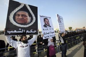 Por medio de pancartas, los opositores piden la muerte delexpresidente egipcio.
