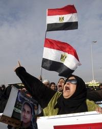 Una manifestante opositora al expresidente egipcio Hosni Mubarak, pide justicia.