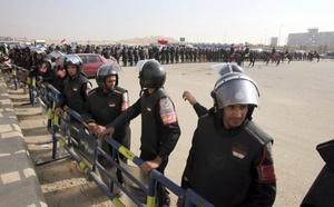 Varios soldados antidisturbios despleagados a las puertas de la Academia de Policía donde se celebró una nueva sesión del juicio contra Mubarak en El Cairo.