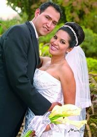 SRITA. EDNA  Herrera y Sr. Aarón Muñoz, recibieron la bendición nupcial en la parroquia de la Medalla Milagrosa el viernes 16 de diciembre de 2011. Ellos son hijos de los señores Héctor Herrera y Patricia Mancilla; Hermilo Muñoz y Lucy Torres. <p> <i> Studio Sosa</i>