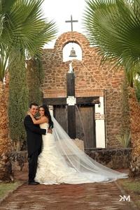 SRITA.  Daniela Dávila y Sr. Juan José Villarreal contrajeron matrimonio el sábado cinco de noviembre de 2011. <p> <i> Studio KM</i>