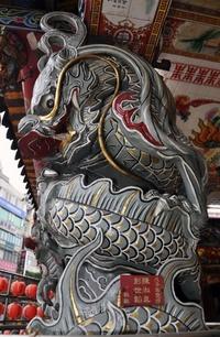El dragón, que será el signo del zodiaco chino para el 2012 y representa la vitalidad y el continuo movimiento. Se caracteriza por ser dogmático rallando en el fanatismo, exigente hasta la perfección y muy atractivo.