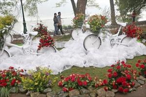 Una pareja observa los arreglos que se exhiben cerca del lago Hoan Kiem durante el Festival de las Flores.