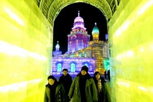 Los asistentes pueden caminar entre las estructuras heladas.
