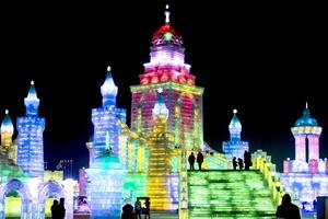 Luces de colores dan un toque impresionante a las esculturas de hielo.