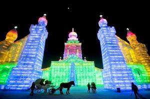 Durante varios meses, los asistentes pueden disfrutar de las impresionantes estructuras de hielo.
