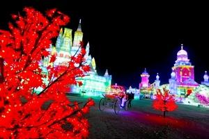 El festival de Harbin, en el extremo norte de China, presenta gigantescas estatuas de nieve y agua helada.