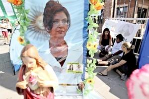 También instalaron santuarios con imágenes de Cristo y la virgen de Luján, patrona de Argentina, donde se reza por la pronta recuperación de la jefa del Estado.