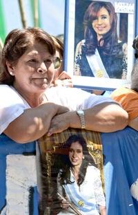 Los manifestantes alternaron los cánticos peronistas y el avanti morocha con otros en los que advirtieron a los gorilas (antiperonistas) de que se va a armar un gran quilombo (bronca) si la tocan a Cristina.