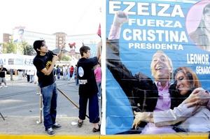 Cristina, Dios y Néstor te cuidan dice una de las pancartas enarboladas por militantes del peronista Frente para la Victoria que lidera la mandataria, viuda del expresidente Néstor Kirchner, fallecido en octubre de 2010.
