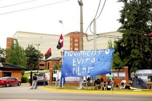 Centenares de militantes oficialistas entonaron cánticos de apoyo y rezaron por la salud de la presidenta argentina, Cristina Fernández, frente al hospital de la periferia de Buenos Aires.