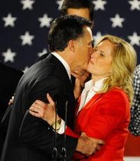 Exgobernador de Massachusetts  besa a su esposa, Ann, antes de pronunciar un discurso tras conocerse los resultados de los caucus.