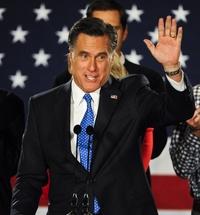 Mitt Romney saluda a sus simpatizantes al terminar de pronunciar un discurso en el hotel Fort Des Moines.