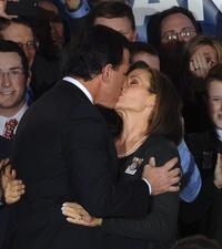 El ex senador y precandidato a la presidencia estadounidense Rick Santorum  besa a su esposa, Karen, en el estrado ante sus seguidores