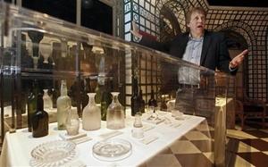 John Zaller, director creativo de las exhibiciones premier de la casa de subastas Guernsey's, presentó los objetos en una rueda de prensa.