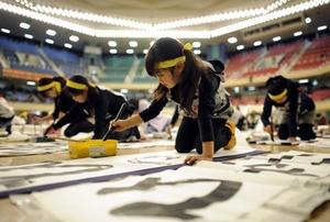 En la recta final, los participantes se presionan para terminan sus trabajos correctamente.