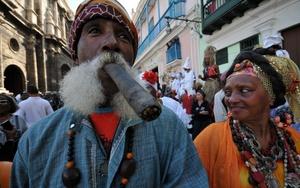 Un señor disfruta su puro en el festival.