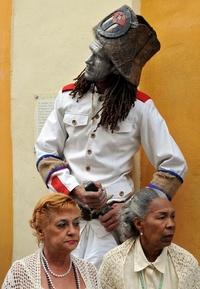 Un actor vestido de militar, forma una estatua viviente.