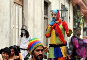 Los arlequines son otros de los personajes más comunes que desfilan el Día de los Reyes Magos en la Habana.