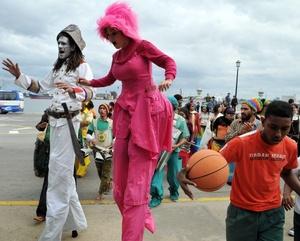 Actores y músicos de diferentes agrupaciones participan en el desfile.