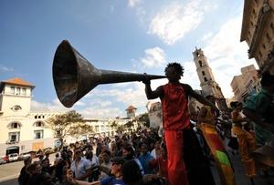 Cientos de personas participan hoy en el desfile del Cabildo del Día de Reyes, tradición que se celebra desde la época colonial en La Habana.