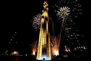 Los capitalinos pudieron disfrutar de un espectaculo de luces y fuegos artificiales en la inuguración de la Estela de Luz.