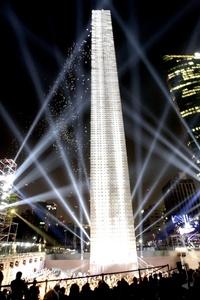 Durante casi media hora se presentó un espectáculo de luz y música acompañado por voces de cantantes y poetas, así como por fuegos artificiales.