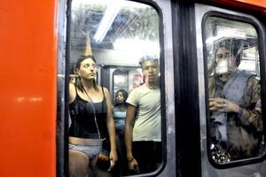 El No Pants Subway Ride es un evento anual iniciado por Imrpov Everywhere en la ciudad de Nueva York en 2002 con la idea de divertir a la gente, explica su sitio oficial.