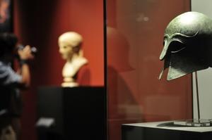 También se exhiben piezas de cerámica decoradas con múltiples representaciones del cuerpo humano, monedas y una medalla con el rostro cincelado del dios Zeus, conmemorativa de los primeros Juegos Olímpicos, restablecidos en Atenas en 1896.