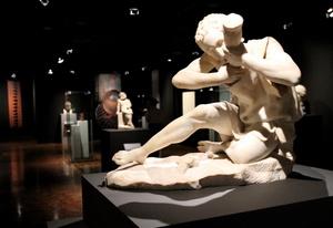 Esta muestra se compone de 10 ejes temáticos que exploran tanto el cuerpo masculino y femenino de atletas, divinidades y seres mitológicos como el rostro humano y el héroe.