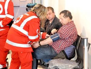 Los pasajeros rescatados recibieron atención médica en Savona.