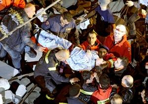 Trabajadores de la Cruz Roja y la defensa civil retiraron varios cadáveres que sacaron el camillas.