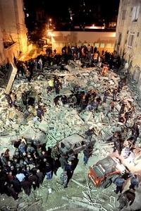 'La tierra tembló como si fuera un terremoto, eso fue lo que pensamos todos', dijo Mazen Farhat, de 46 años y quien vive en el área y transitaba por el lugar cuando se desplomó el edificio.