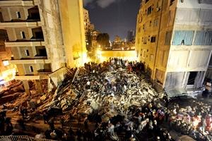 Ayudándose con grúas, topadoras y hasta con sus manos desnudas, rescatistas libaneses recuperaron varios cadáveres entre los escombros de un edificio de cinco plantas desplomado, en el que perecieron 25 personas.