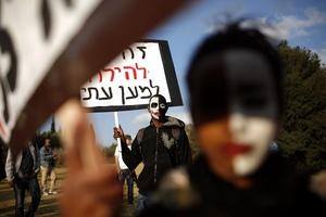 AXS02 JERUSALÉN (ISRAEL) 18/1/2012.- Israelíes y etíopes se manifiestan contra la discriminación racial, frente al parlamento israelí, en Jerusalén, Israel, hoy, miércoles, 18 de enero de 2012. Alrededor de 5.000 personas han participado en la marcha. EFE/Abir Sultan