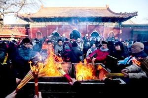 Chinos celebraron quemando incienso, prendiendo petardos y viendo en las calles cómo las comparsas bailan disfrazadas de león y de dragón.