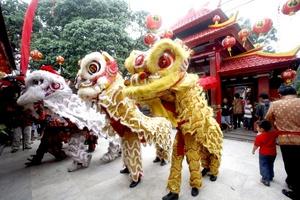 Bailarines realizan el baile del dragón recorriendo las calles de China.