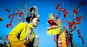 Actores y bailarines reciben el año nuevo realizando la danza del dragón en Pekín, China.