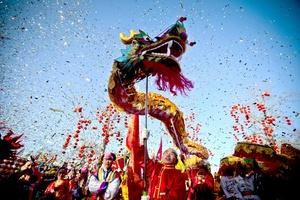 Millones de chinos, coreanos y vietnamitas de toda Asia recibieron el Año Nuevo Lunar, el Año del Dragón, con fuegos artificiales, banquetes y reuniones familiares.